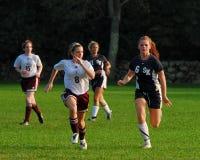竞争在高中足球的少妇 库存图片