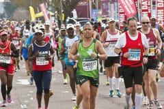 竞争在Marathon同志的赛跑者特写镜头  库存照片