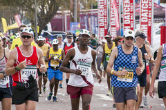 竞争在Marathon同志的赛跑者特写镜头  免版税图库摄影