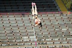 竞争女孩撑竿跳高 免版税库存图片