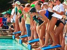 竞争女孩满足青少年的游泳 免版税库存照片