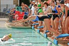 竞争女孩满足青少年的游泳 库存图片