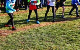 竞争时间:准备好的男孩赛跑 免版税库存图片