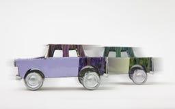 竞争概念-在白色背景的两辆汽车 库存图片