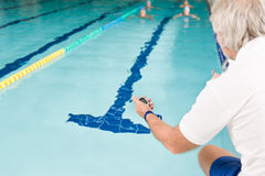 竞争池游泳者游泳培训 免版税库存图片