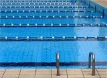 竞争池游泳 库存照片