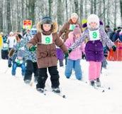 竞争的初中学生在滑雪 滑雪俄罗斯 库存照片