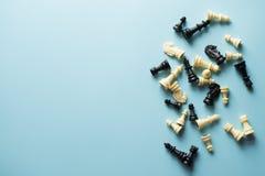 竞争的标志 在蓝色背景顶视图拷贝空间的棋形象 库存图片
