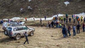 竞争2月, 26日, 2017年哈萨克斯坦,奇姆肯特俄国越野汽车 被倒置的汽车是被拉出的 股票录像