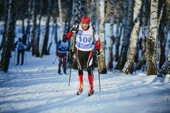 竞争年轻运动员滑雪者在冬天森林经典之作样式赛跑 库存图片