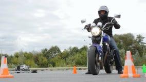 竞争Moto运动会事件,摩托车的开始从锥体的 影视素材