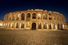 竞技场二维罗纳在Night -意大利之前 免版税库存照片