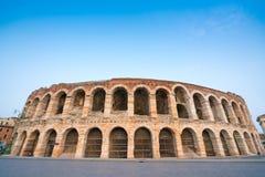 竞技场二维罗纳圆形露天剧场在晚上,意大利 免版税库存照片