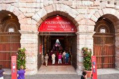 竞技场二维罗纳,意大利的入口的人们 库存照片