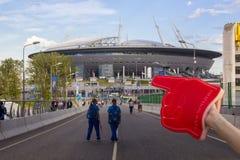 竞技场体育场天顶、志愿者和足球迷在国际足球联合会2018年世界橄榄球冠军期间在圣彼德堡 图库摄影