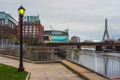 竞技场和Zakim邦克山纪念桥梁在波士顿 免版税库存照片