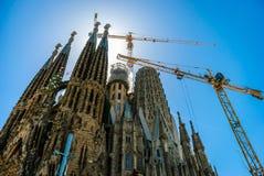 竞技场巴塞罗那corrida主要一西班牙 城市的全景 寺庙建设中Sagrada de Familia 库存照片