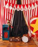 竞技场马戏团小丑鼓手提箱 库存图片