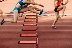 竞技妇女100个米障碍 免版税库存图片