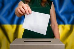 竞选在乌克兰-投票在投票箱 库存图片