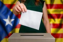 竞选在卡塔龙尼亚-投票在投票箱 库存照片