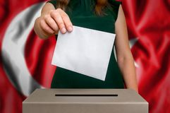 竞选在土耳其-投票在投票箱 库存照片