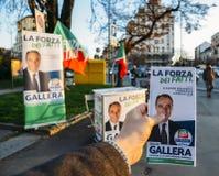 竞选在米兰街道上,意大利为贝卢斯科尼在2018意大利一般electio前的` s Forza意大利党的朱利奥Gallera 库存照片