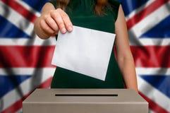 竞选在英国-投票在投票箱 免版税库存照片