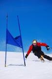 竟赛者滑雪障碍滑雪 免版税库存图片
