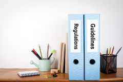 章程和指南黏合剂在办公室 在一个木架子的文具 库存图片