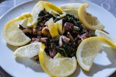 章鱼、土豆和柠檬沙拉  库存照片