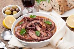 章鱼和红葡萄酒炖煮的食物 库存照片