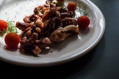章鱼触手用西红柿和香料 库存照片