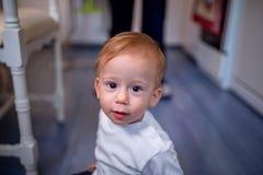 童年、婴儿时期和人概念-爬行在fl的男婴 免版税库存照片