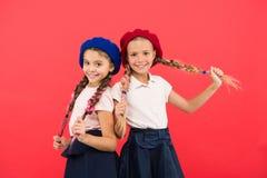 童年幸福 友谊和妇女团体 愉快的妹 秀丽和方式 小孩子时尚 孩子的 图库摄影