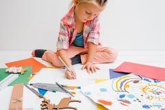 童年计算机初期教育膝上型计算机小孩使用 艺术性的子项 免版税图库摄影