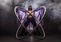 童话一个紫色斗篷的字符刺客有有两个大cyr轮子箍的一个敞篷的 免版税图库摄影