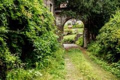 童话开放门在庭院里 免版税库存图片