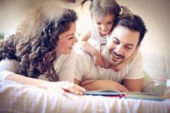 童话时间 有一个孩子的愉快的家庭 库存图片