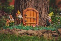 童话树上小屋,逗人喜爱的庭院地精 免版税库存图片