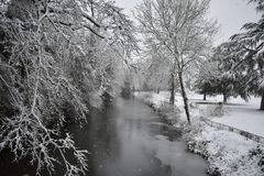 童话风景-河Leam -泵房庭院, Leamington温泉,英国- 2017年12月10日 免版税图库摄影