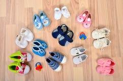 童鞋在与安慰者的地板上安排了 免版税库存图片