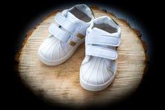 童鞋,孩子,父母,蓝色,男孩,运动鞋,玩具, copyspace,木 免版税库存照片