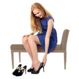 端庄的妇女买的鞋子 库存图片
