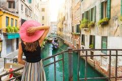 端庄的妇女享受看法到一条运河在威尼斯 免版税库存照片