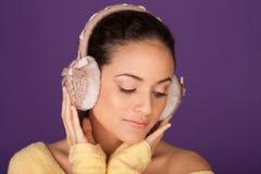 端庄的妇女佩带的耳朵笨拙的人 免版税库存图片