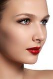 端庄的妇女纵向有红色嘴唇的 美好的年轻模型w 免版税库存照片