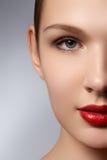端庄的妇女纵向有红色嘴唇的 美好的年轻模型w 图库摄影