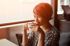 端庄的妇女饮用的咖啡 免版税库存照片