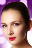 端庄的妇女画象有桃红色嘴唇的 美丽的模型年轻人 免版税库存图片